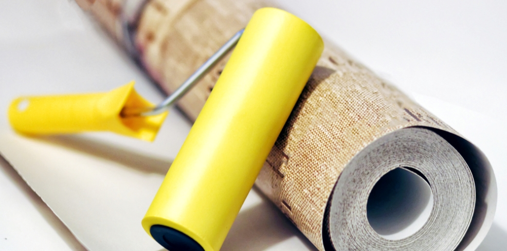 Wallpaper roll and roller